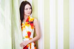 Uma mulher bonita está levantando Foto de Stock Royalty Free