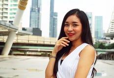 Uma mulher bonita feliz e que viaja no capital na rua de passeio foto de stock