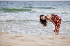 Uma mulher bonita na praia Imagens de Stock Royalty Free