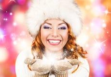 Uma mulher bonita na roupa tradicional do inverno Imagens de Stock Royalty Free