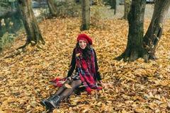 Uma mulher bonita no outono Imagens de Stock Royalty Free