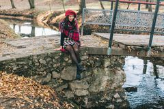 Uma mulher bonita no outono Fotos de Stock
