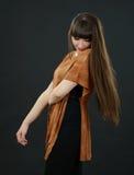 Uma mulher bonita nova com golpes no estúdio Fotos de Stock Royalty Free