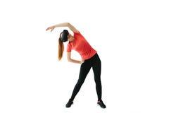Uma mulher bonita nova em vidros da realidade virtual faz a ginástica aeróbica remotamente Conceito futuro da tecnologia Imagem l Imagens de Stock