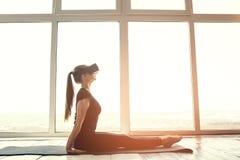 Uma mulher bonita nova em vidros da realidade virtual faz a ginástica aeróbica remotamente Conceito futuro da tecnologia Imagem l Imagem de Stock Royalty Free