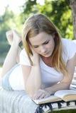 Leitura bonita da mulher Fotos de Stock