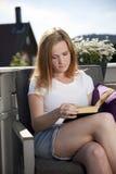 Leitura bonita da mulher Fotografia de Stock Royalty Free