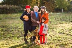Uma mulher branca idosa com suas filha e netas imagem de stock royalty free