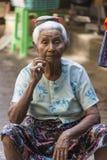 Mulher Burmese idosa - Yangon - Myanmar fotos de stock
