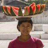 Mulher Burmese que vende a melancia - Myanmar fotos de stock