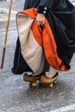 Uma mulher cabe motheries, as sapatas de madeira rústicas que foram usadas na Espanha de Cantábria imagem de stock royalty free