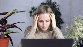 Uma mulher cansado e satisfeita termina seu trabalho e fecha o portátil filme