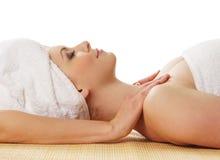 Uma mulher caucasiano nova em um procedimento da massagem dos termas Foto de Stock Royalty Free