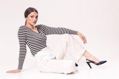 Uma mulher caucasiano nova 20s, 20-29 anos, modelo de forma, posin Fotografia de Stock Royalty Free
