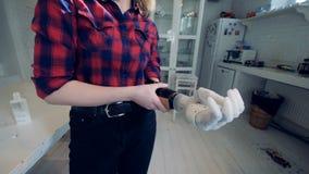 Uma mulher coloca sobre a mão biônico, fim