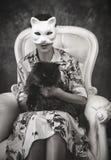Uma mulher com uma máscara do gato foto de stock