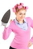 Uma mulher com os rolos do cabelo que prendem um ferro imagem de stock royalty free