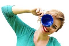 Uma mulher com um copo Fotografia de Stock Royalty Free