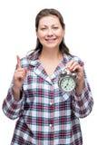 Uma mulher com um despertador em sua mão 7 no o& x27; pulso de disparo Imagem de Stock Royalty Free