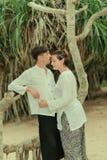 Uma mulher com um homem sob uma palmeira Imagens de Stock