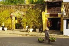 Uma mulher com um stockade na rua do thethe em Hoi Fotos de Stock