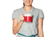 Uma mulher com uma caneca vermelha fotografia de stock royalty free