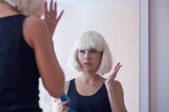 Uma mulher com uma escova de cabelo Foto de Stock