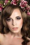 Uma mulher com uma grinalda das flores em sua cabeça Foto de Stock Royalty Free