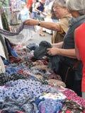 Uma mulher compra um lenço colorido Fotografia de Stock Royalty Free