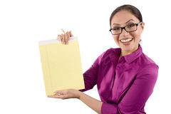 Uma mulher consideravelmente asiática prende um caderno fotografia de stock