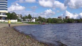 Uma mulher corre no dia o litoral ou o movimento lento do lago filme