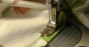 Uma mulher costura em uma máquina de costura, uma máquina de costura da dois-agulha, um estúdio costurando elegante, tela verde,  video estoque