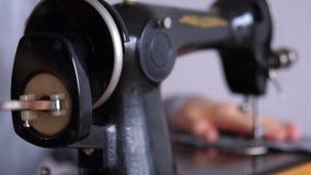 Uma mulher costura em uma máquina de costura velha vídeos de arquivo