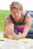 Uma mulher da beleza nos sportwears faz poses diferentes da ioga Força, dos pilates atividade fora Fotos de Stock