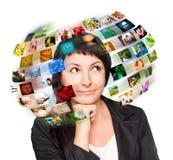 Uma mulher da tecnologia tem imagens em torno de sua cabeça Imagens de Stock