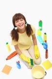 Uma mulher de limpeza feliz da casa Imagens de Stock