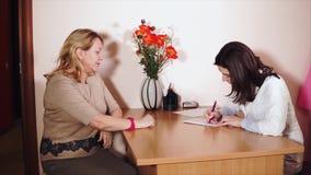 Uma mulher de meia idade veio ver um doutor em uma clínica privada para o tratamento filme