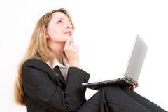 Uma mulher de negócio com um portátil Fotos de Stock