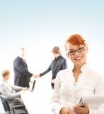 Uma mulher de negócio do redhead na frente de uma reunião foto de stock royalty free