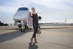 Uma mulher de negócio executiva que deixa um plano Imagens de Stock Royalty Free