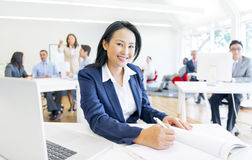 Uma mulher de negócios alegre que faz seu documento Foto de Stock Royalty Free