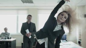 Uma mulher de negócios ambiciosa está dançando livremente no escritório Uma feminista loura nova toma o poder no escritório com video estoque