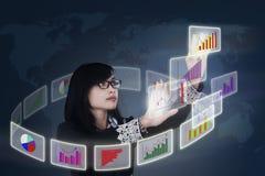 Uma mulher de negócios analisa a carta de negócio Imagens de Stock