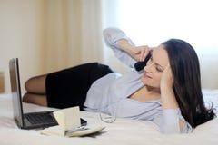 Uma mulher de negócios em um quarto de hotel Foto de Stock