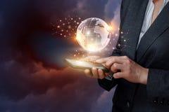 Uma mulher de negócios está operando-se com sistema global dos trabalhos em rede em seu dispositivo fotos de stock