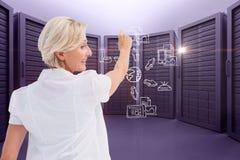 Uma mulher de negócios está tirando o esquema contra o fundo da sala do servidor foto de stock