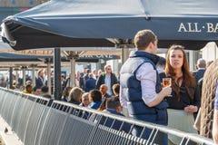 Uma mulher de negócios nova com seus colegas em uma barra do dockside em C foto de stock royalty free