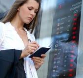 Uma mulher de negócios nova está verific a moeda Fotografia de Stock