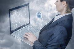 Uma mulher de negócios que opera-se com o caderno com conexões dos trabalhos em rede planeja nele fotos de stock royalty free