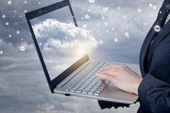 Uma mulher de negócios que trabalha com o caderno com conexões de rede nubla-se nele a tela imagem de stock royalty free